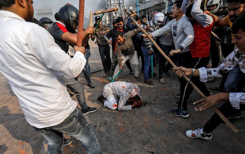 यह फोटो नागरिकता संशोधन कानून के विरोध के दौरान दिल्ली में हुए दंगों का है। इसमें भीड़ ने 37 साल के मोहम्मद जुबैर को घेरकर हमला कर दिया था। (फोटो- रॉयटर्स)