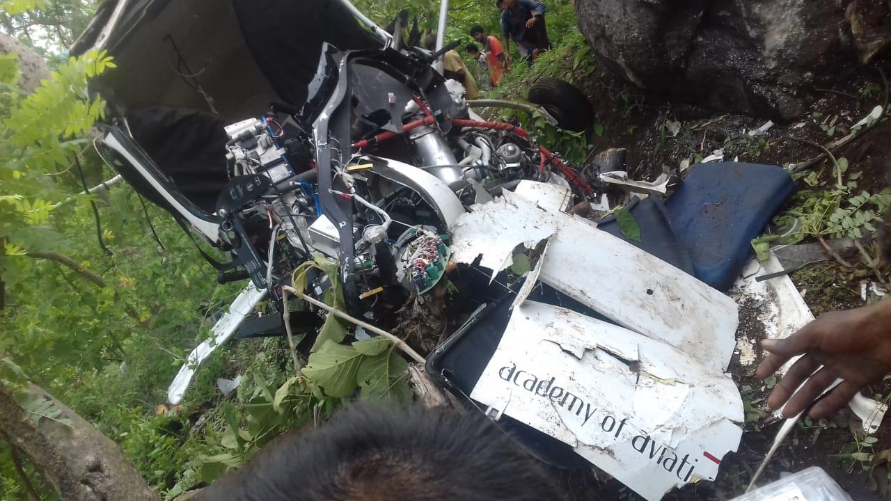 एविएशन एकेडमी का एयरक्राफ्ट क्रैश होने के साथ ही टुकड़ों में बंट गया।