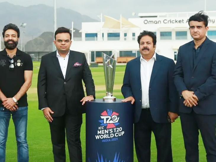 ओमान में टी-20 वर्ल्ड कप ट्रॉफी के साथ BCCI प्रेसिडेंट सौरव गांगुली (दाएं से), वाइस-प्रेसिडेंट राजीव शुक्ला, सचिव जय शाह और कोषाध्यक्ष अरुण धूमल। यहां क्वालिफाइंग राउंड के मुकाबले खेले जाएंगे।