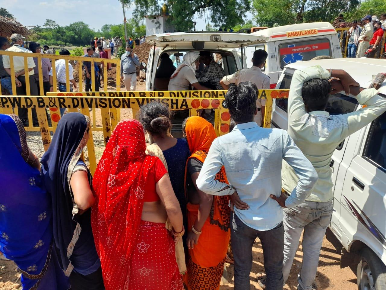 हादसे के बाद इलाके की बैरिकेडिंग कर दी गई, लोग बाहर से परिजन की खोज-खबर लेते रहे।