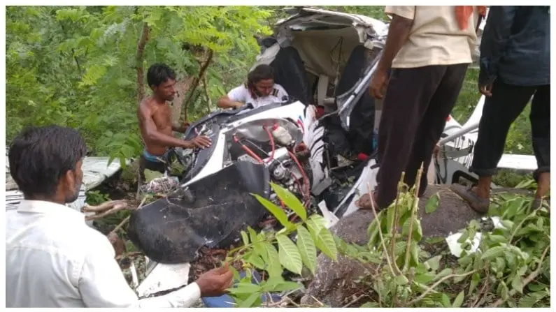 घायल ट्रेनी महिला पायलट को एयरक्राफ्ट के मलबे से निकालते हुए स्थानीय आदिवासी।