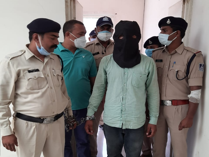 पुलिस की गिरफ्त में आरोपी ट्रक ड्राइवर। - Dainik Bhaskar