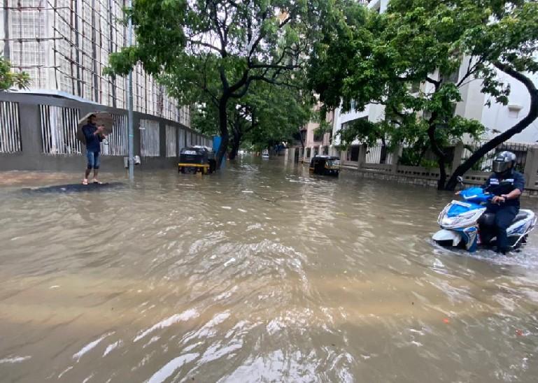 मुंबई के लिंकिंग रोड इलाके में भारी बारिश के चलते सड़क पानी में डूब गई है।