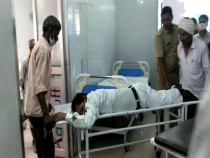 तबीयत बिगड़ने के बाद एसडीएम ने  अर्दली को जिला अस्पताल में भर्ती कराया। - Dainik Bhaskar