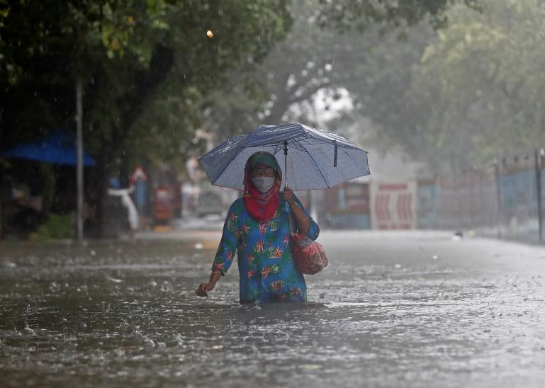 मुंबई के गांधी मार्केट इलाके में भारी बारिश के चलते सड़कों पर कमर तक पानी भर गया है।