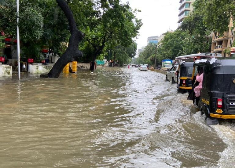 कुछ घंटे की बारिश के बाद मुंबई के निचले इलाकों में ऐसा हाल हो जाता है। शुक्रवार सुबह की यह तस्वीर गांधी मार्केट की है।