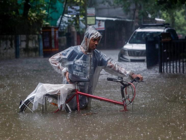 फोटो मुंबई के गांधी मार्केट इलाके की है। यहां घुटनों तक पानी जमा हो गया है।