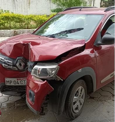 ईंटखेड़ी में मल्टी की पिलर में ठोंक दी कार, पत्नी का सिर फटा, बेटी और दो महिला घायल|भोपाल,Bhopal - Dainik Bhaskar