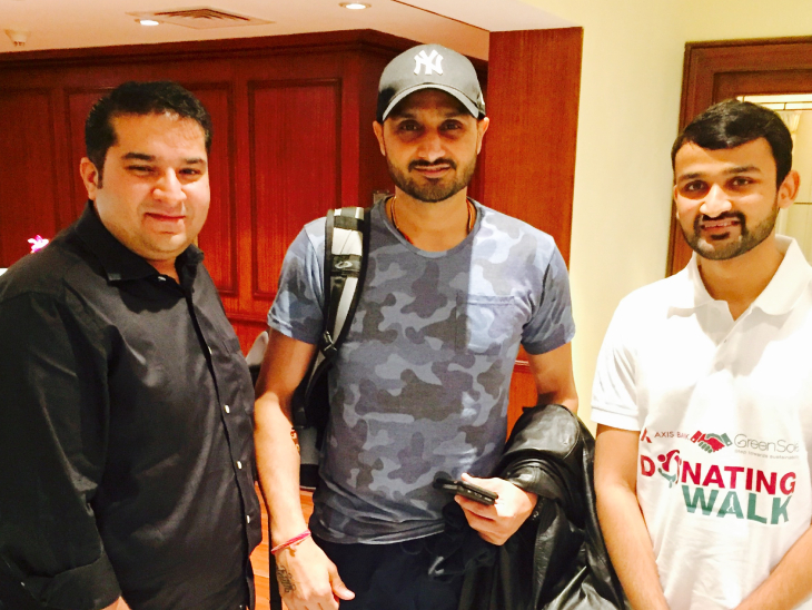 भारत के पूर्व क्रिकेटर हरभजन सिंह के साथ श्रीयंश। वे बड़े-बड़े सेलिब्रिटी को गिफ्ट के रूप में जूते भेजते हैं।