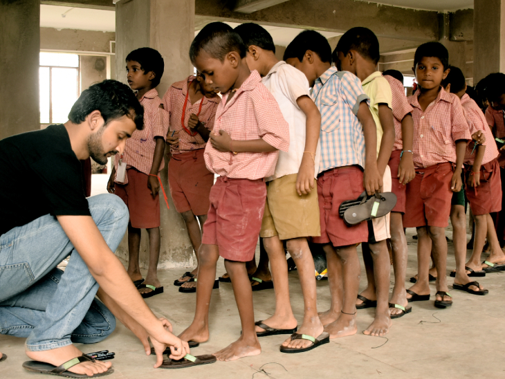 बिजनेस के साथ-साथ श्रीयंश और रमेश उन लोगों को मुफ्त में चप्पल बांटने का भी अभियान चला रहे हैं, जो गरीब हैं।