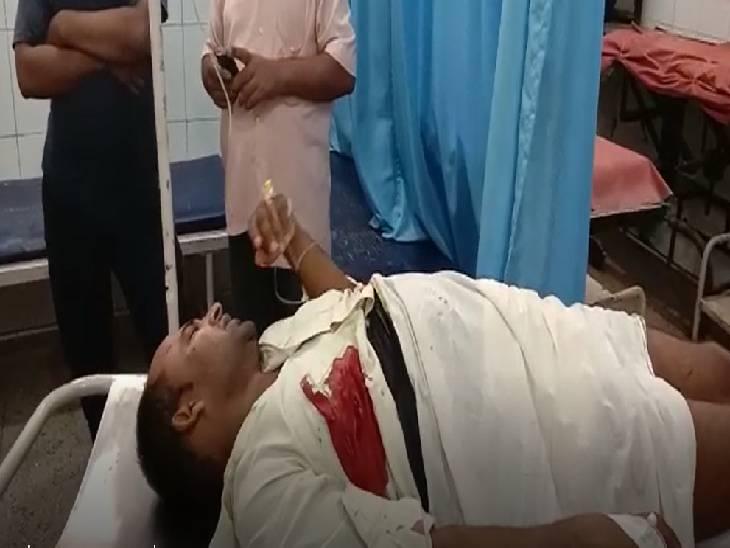 संचालक, कर्मचारी व ग्राहक पर लुटेरों ने दागी गोलियां, गोली लगने से केंद्र का कर्मचारी हुआ घायल|वाराणसी,Varanasi - Dainik Bhaskar
