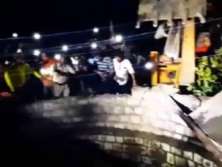 रात को जब बच्चा कुएं में गिरा, तो भीड़ मौके पर पहुंच गई। करीब 2 घंटे बाद कुआं ढह गया।
