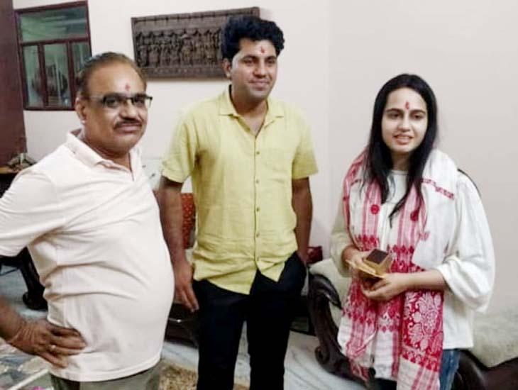 निहारिका शर्मा पति डॉ. रितेश व पिता धर्मेन्द्र शर्मा के साथ।