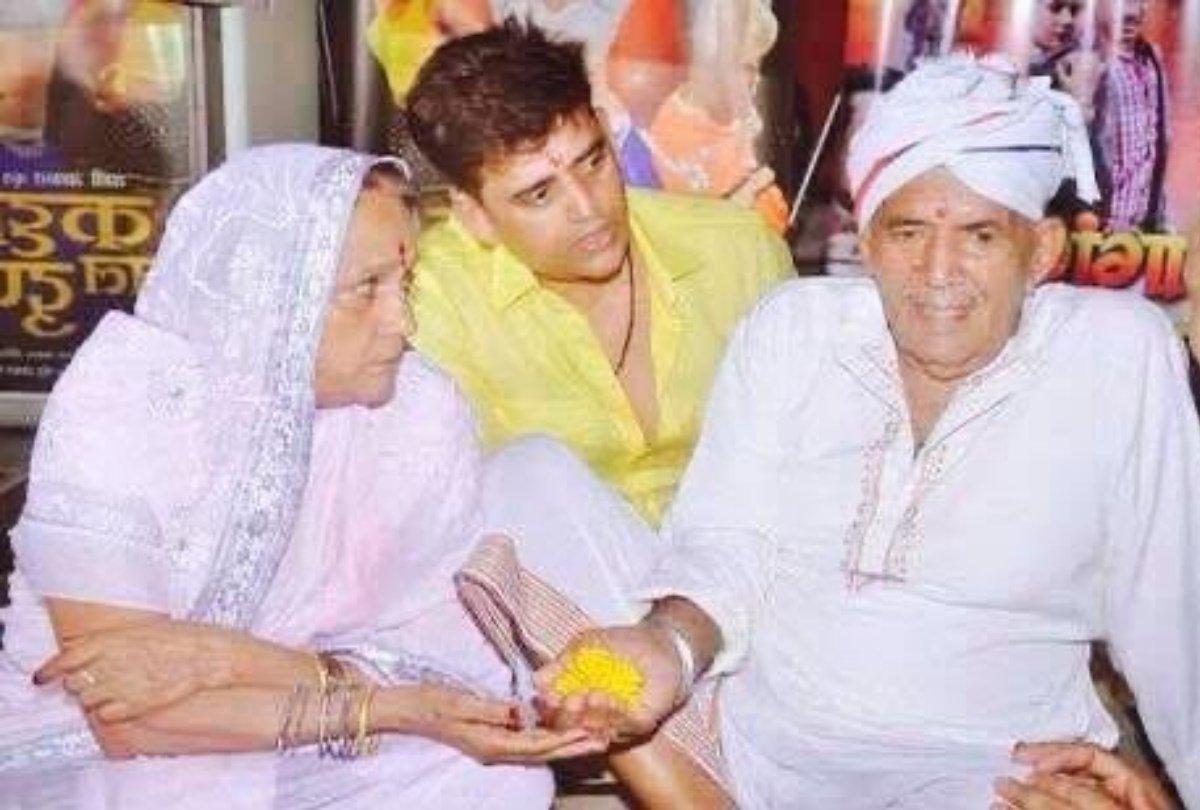 रवि किशन के पिता का दिसंबर 2019 में निधन हो चुका है।