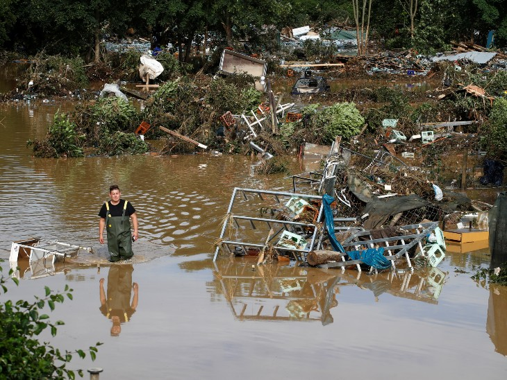 बाढ़ के चलते सड़कें जलमग्न हो गईं, अनेक कारें पानी में बह गईं और इमारतें नष्ट हो गईं। फोन और इंटरनेट संपर्क टूट जाने के कारण राहत और बचाव कार्य में बाधा आ रही है।