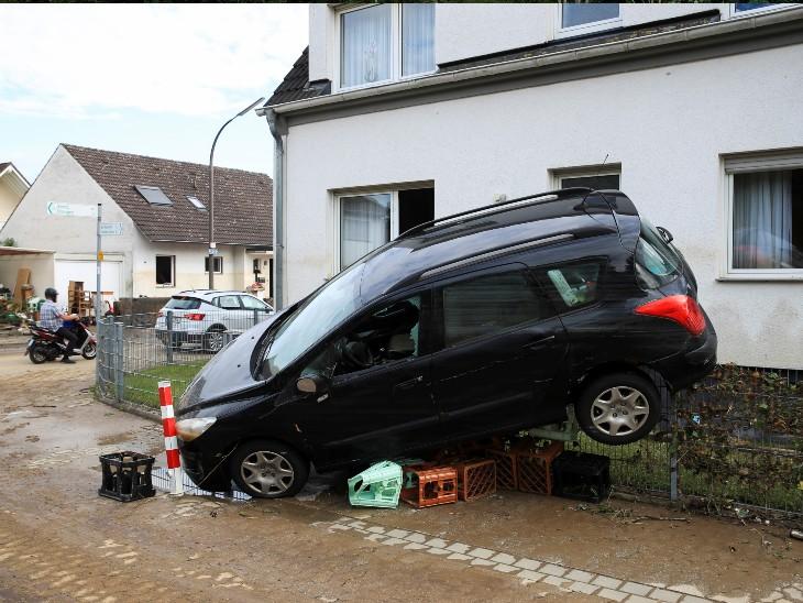 बेल्जियम के पूर्वी वेर्वीस में नौ लोगों की मौत हुई है। देश के दक्षिणी और पूर्वी क्षेत्रों में कई राजमार्ग जलमग्न हो गए हैं और रेल-सड़क यातायात ठप हो गया है।