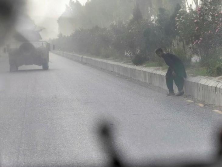 अफगान बलों ने खतरे में घिरे लोगों को सुरक्षित बचाने का मिशन पूरा किया। इनमें ही एक यह लड़का भी था। हालांकि मिशन पूरा होने के बाद भी हमले जारी रहे। (सौजन्य-रायटर्स)