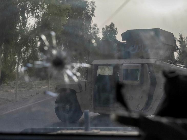 तालिबान ने सेना के काफिले पर RPG और अन्य हथियारों से हमला किया, जिसमें तीन गाड़ियों को नुकसान पहुंचा। तालिबान लड़ाके सेना पर लगातार हमले करते रहे। गोलीबारी के बीच लड़ाकों को देख पाना भी मुश्किल था। इस कैप्शन के साथ उन्होंने तीन तस्वीरें शेयर की हैं। (सौजन्य-रायटर्स)