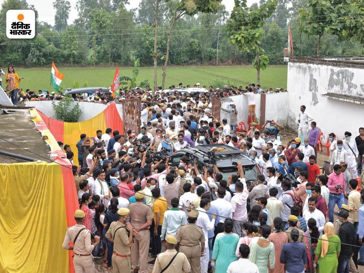 प्रियंका गांधी की एक झलक पाने के लिए गांव के लोगों की भीड़ उमड़ पड़ी।