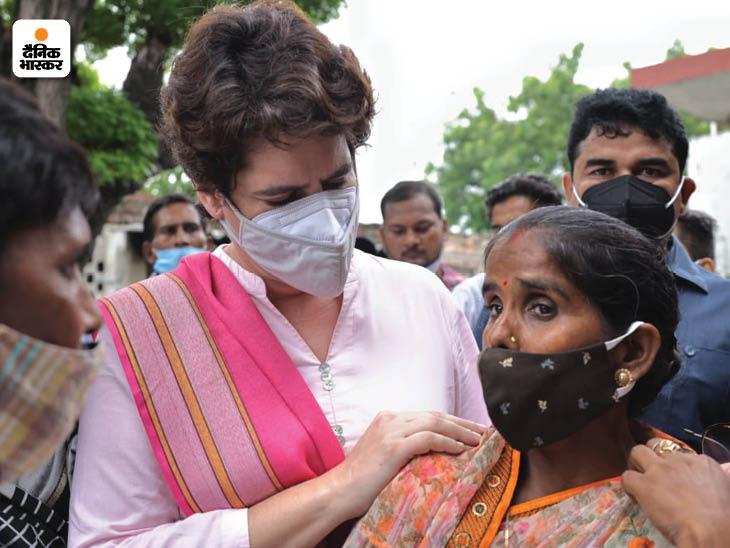 पीड़ित महिला के कंधे पर हाथ रखकर प्रियंका गांधी ने अपनापन जताते हुए बात सुनी।