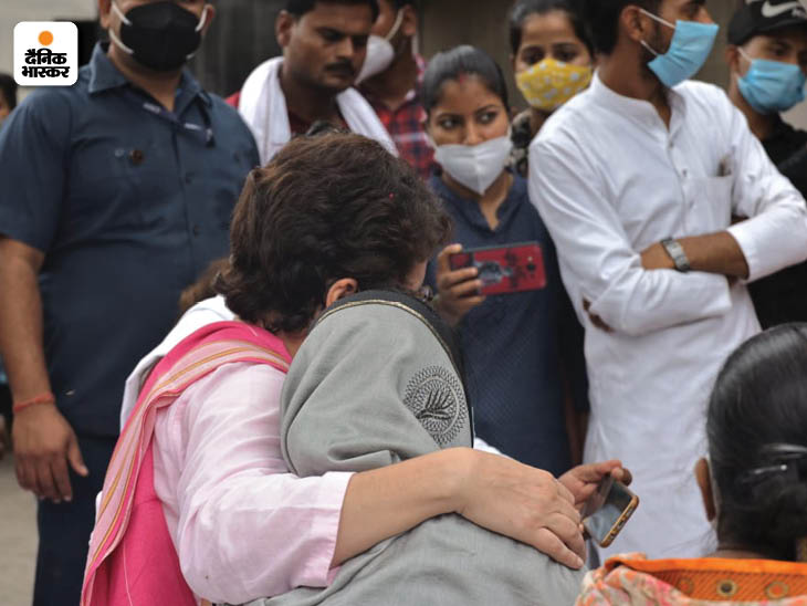 प्रियंका गांधी गांव की महिलाओं के साथ घुल मिल भी गईं। उन्होंने गले में हाथ डालकर फोटो खिंचवाई।