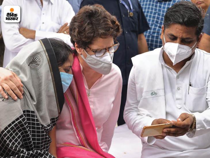 प्रियंका गांधी के इस अंदाज की खूब सराहना हुई। महिला के गले में हाथ रखकर हर बात सुनी और उन्हें अपने से अलग भी नहीं किया।