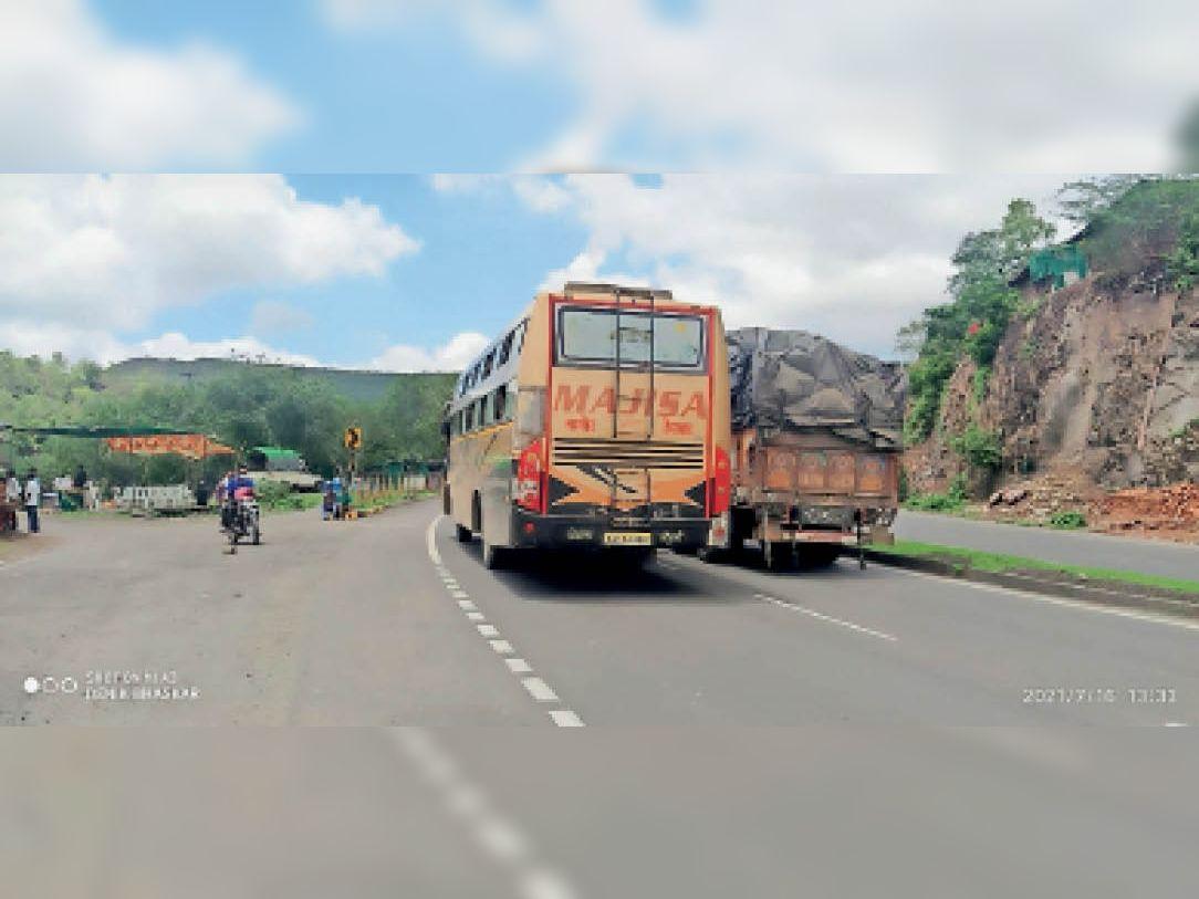 बिजासन घाट पर महाराष्ट्र तरफ से प्रदेश की सीमा में आती बस। - Dainik Bhaskar