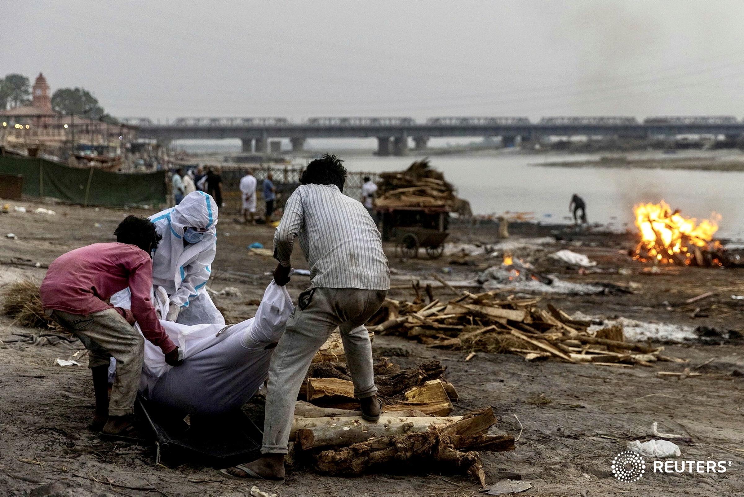यह तस्वीर यूपी में गंगा नदी के किनारे की है। कोरोना की दूसरी लहर के दौरान जब दानिश की खींची ये तस्वीर सामने आई तो लोग भारत के भयावह हालात से वाकिफ हुए। (फोटो- रॉयटर्स)