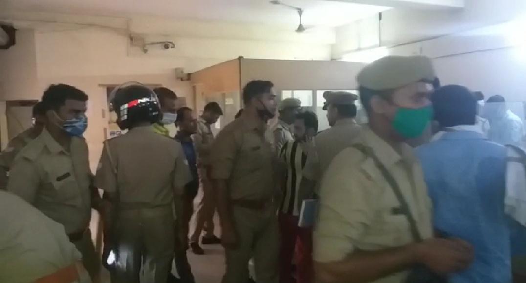 घटना के बाद आगरा के बड़े अधिकारियों सहित कई थानों की पुलिस मौके पर पहुंच गई।
