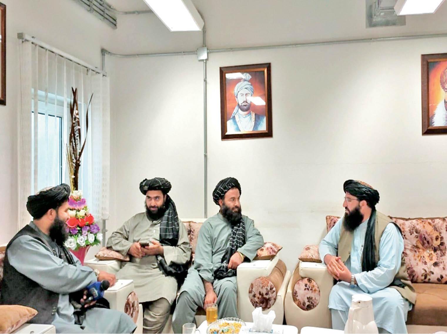 तस्वीर अफगानिस्तान के स्पिन बोल्डक जिले की है, जहां तालिबानी आतंकी कस्टम विभाग के दफ्तर में पार्टी कर रहे हैं।
