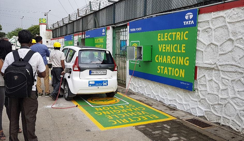 टाटा पावर और HPCL के बीच करार: HPCL के सभी पेट्रोल पंप पर इलेक्ट्रिक व्हीकल चार्जिंग स्टेशन लगाएगी टाटा पावर