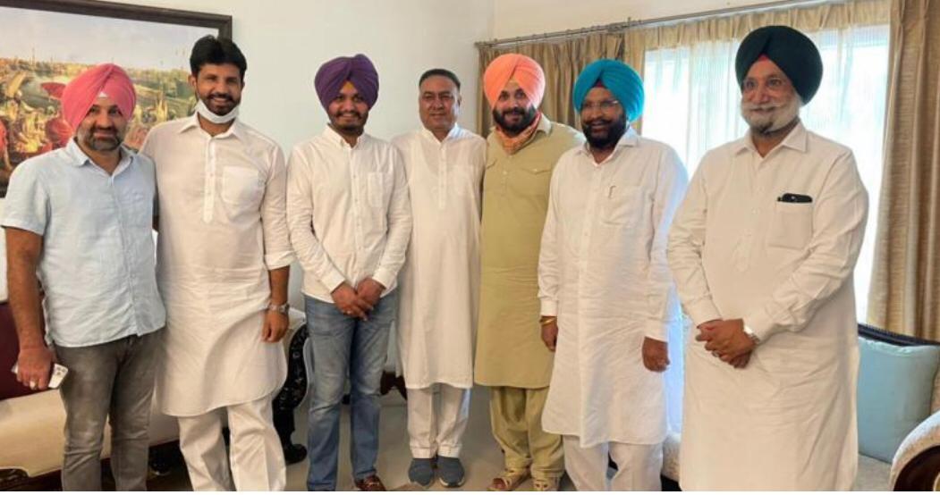 कांग्रेसी मंत्रियों और विधायकों के साथ नवजोत सिंह सिद्धू।