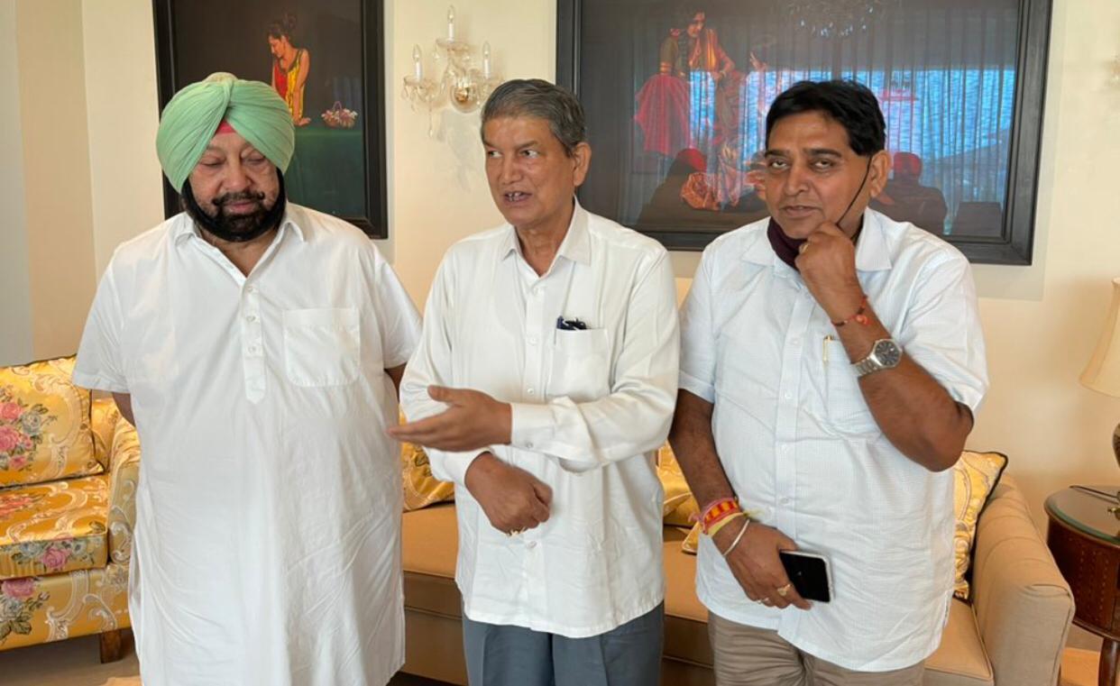 बैठक के बाद हरीश रावत व कैप्टन अमरिंदर सिंह और उनके साथ राज्य के इंडस्ट्री मंत्री सुंदर शाम अरोड़ा।