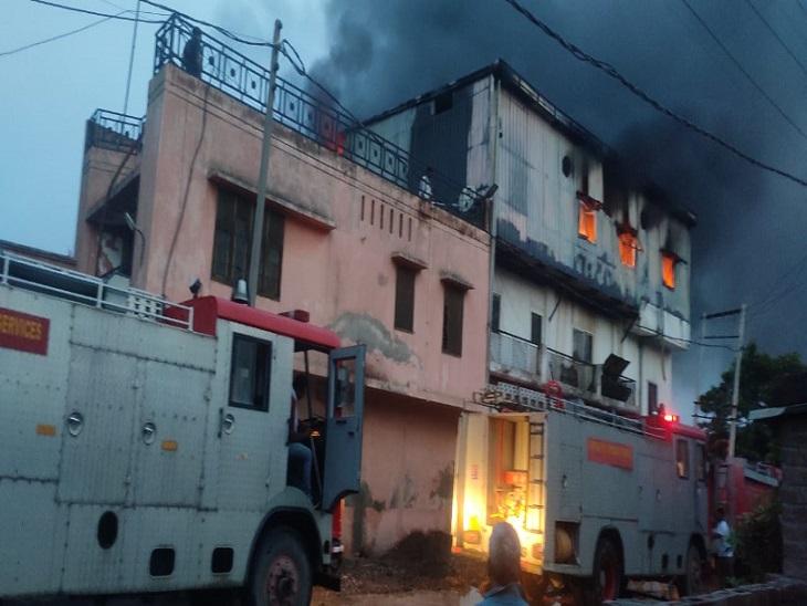 बल्ब फैक्ट्री में लगी आग को बमुश्किल काबू किया गया। - Dainik Bhaskar