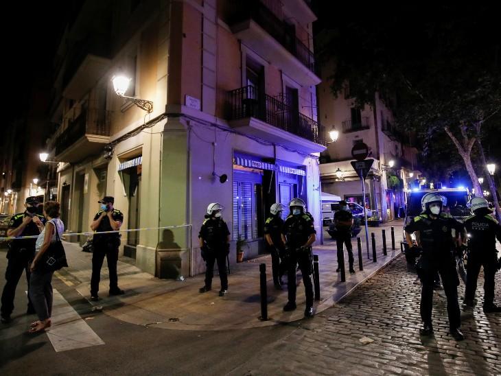 स्पेन के बार्सिलोना के बोर्न इलाके में नाइट कर्फ्यू लगा है। यहां पर पुलिस की तैनाती की गई है ताकि लोग यहां जमा न हों।