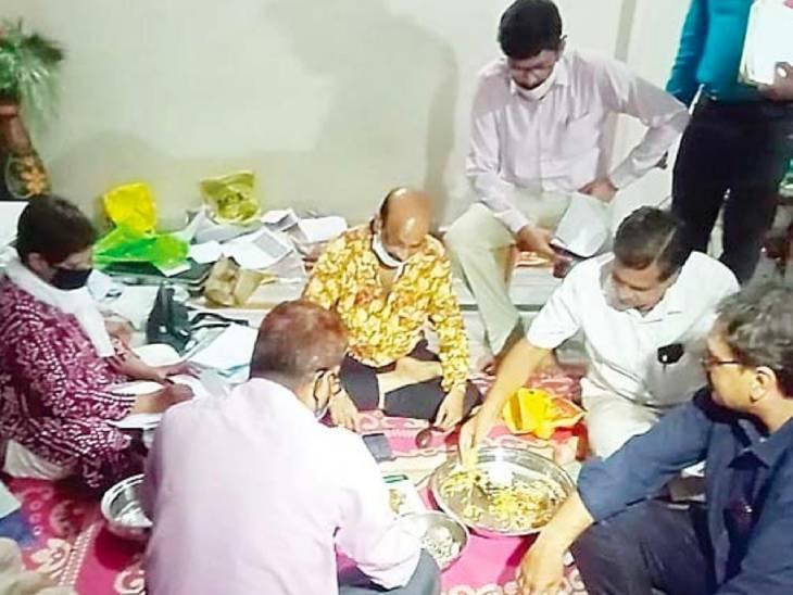 रिटायरमेंट से 1 साल पहले इंदौर-धार के 3 ठिकानों पर लोकायुक्त का छापा; 1 करोड़ का बंगला, 44 तोला सोना, 1 किलो चांदी मिली|मध्य प्रदेश,Madhya Pradesh - Dainik Bhaskar