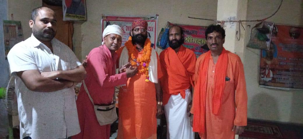 अयोध्या में हिंदू नेता मनीष् पांडेय और महंत राजन बाबा से मिलते हुए सुधाकर चतुर्वेदी