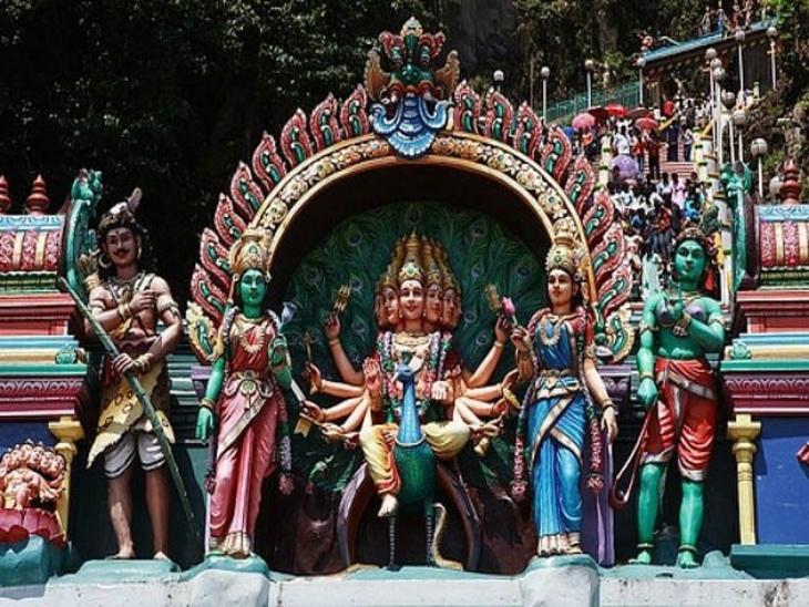 मयूर पर बैठे हुए मुरुगन। इनके हर मंदिर में ऐसी ही प्रतिमा देखने को मिलती है। - Dainik Bhaskar