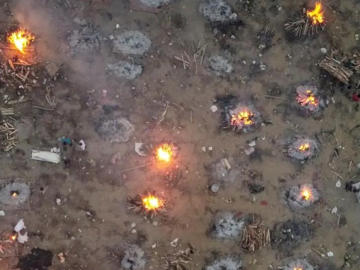 कोरोना की दूसरी लहर के दौरान दिल्ली के एक श्मशान घाट में जलती लाशों की यह फोटो दानिश ने ही ली थी।