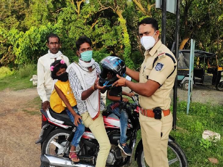 रीवा में ट्रैफिक सूबेदार ने पिता की पुण्यतिथि पर बांटे हेलमेट, कहा- बाइक चलाते समय हेलमेट में ही होती है जिंदगी, इसलिए अवश्य लगाएं रीवा,Rewa - Dainik Bhaskar