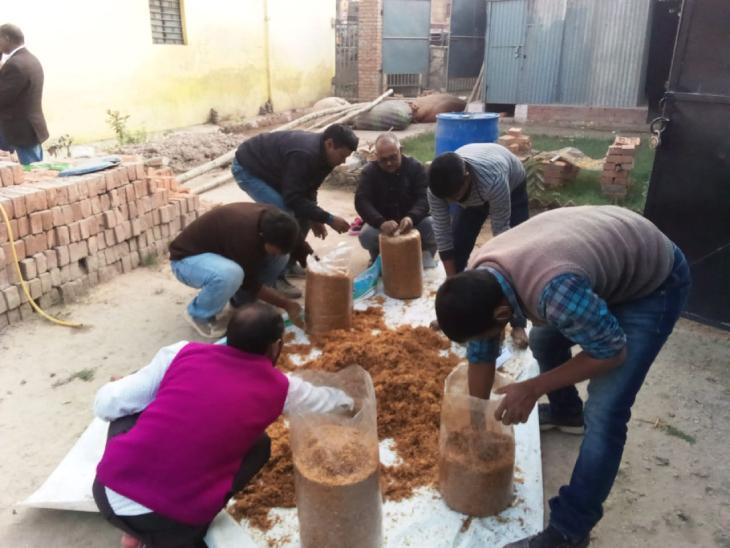 मशरूम की खेती के लिए खाद तैयार करने का काम करते रामचंद्र और उनके साथी किसान।