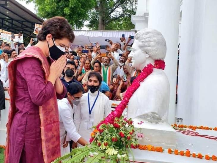 प्रतिमा पर माल्यार्पण कर प्रियंका गांधी ने शुक्रवार को धरने की शुरुआत की थी।