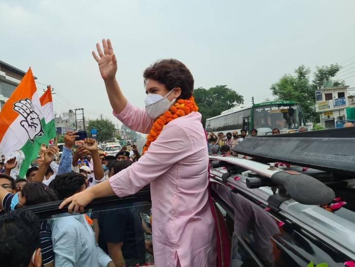 कांग्रेस महासचिव प्रियंका गांधी ने लखीमपुर खीरी जाते समय रास्ते में लोगों का अभिवादन कुछ इस तरह से स्वीकार किया।