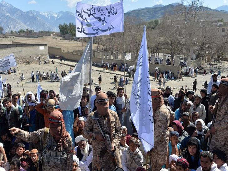 अफगानिस्तान के काबुल और अन्य इलाकों में तालिबान के झंडों के साथ तालिबान समर्थक फिर से नजर आने लगे हैं। - Dainik Bhaskar