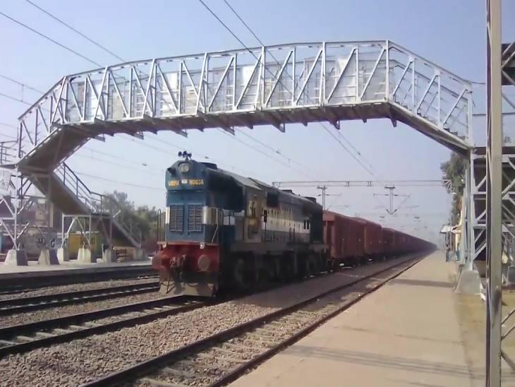 औरैया के कंचौसी रेलवे स्टेशन पर नशे में सो गया मास्टर, सिग्नल नहीं मिलने से एक के पीछे एक खड़ी हो गईं दर्जन भर ट्रेनें|फिरोजाबाद,Firozabad - Dainik Bhaskar