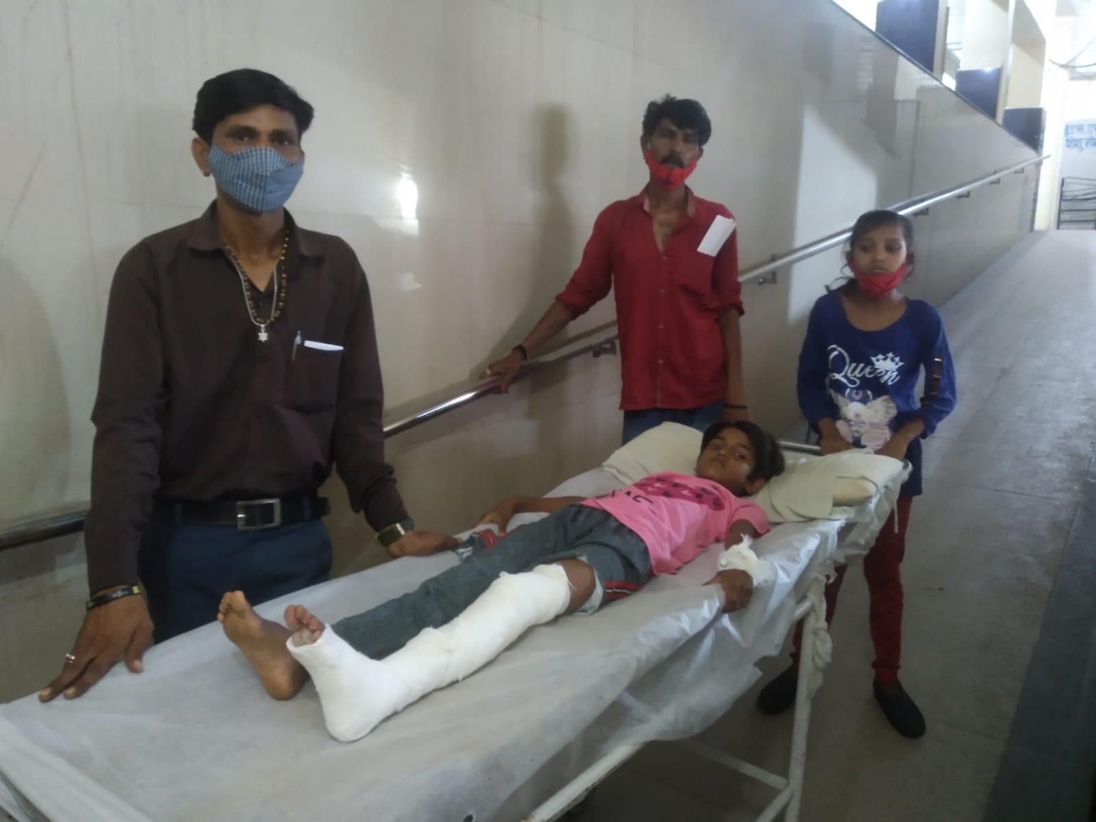 जेपी अस्पताल में परिजन ही स्ट्रेचर खींचने को मजबूर - Dainik Bhaskar