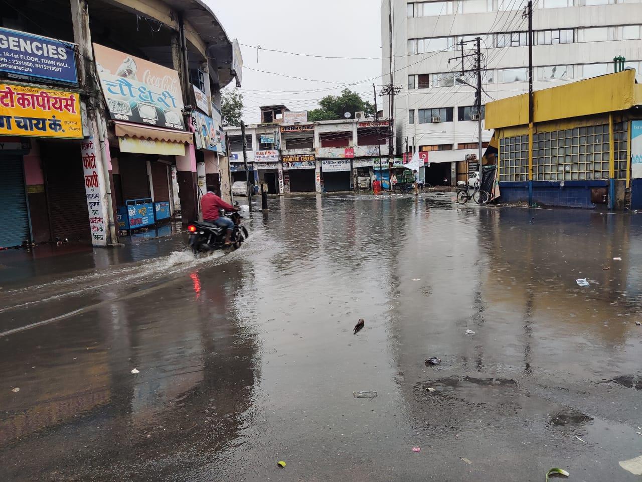 गोरखपुर में शनिवार की सुबह हुई झमाझम बारिश से शहर वासियों को उमस भरी गर्मी से राहत मिली।