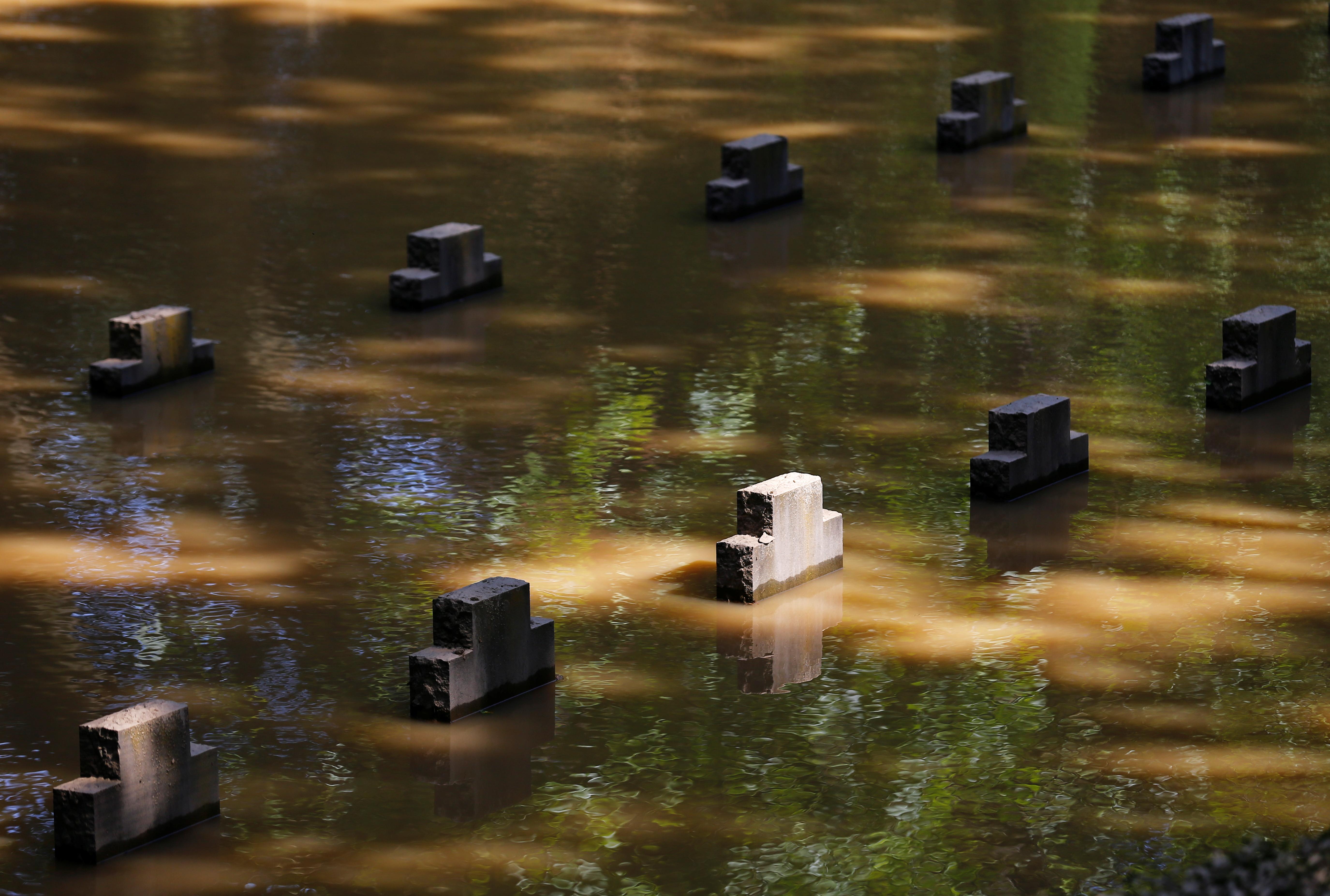 जर्मनी के एरफास्ट-ब्लेसेम शहर में इतनी बारिश हुई की कब्रिस्तान में बनीं सारी कब्रें भी पानी में डूब गईं।