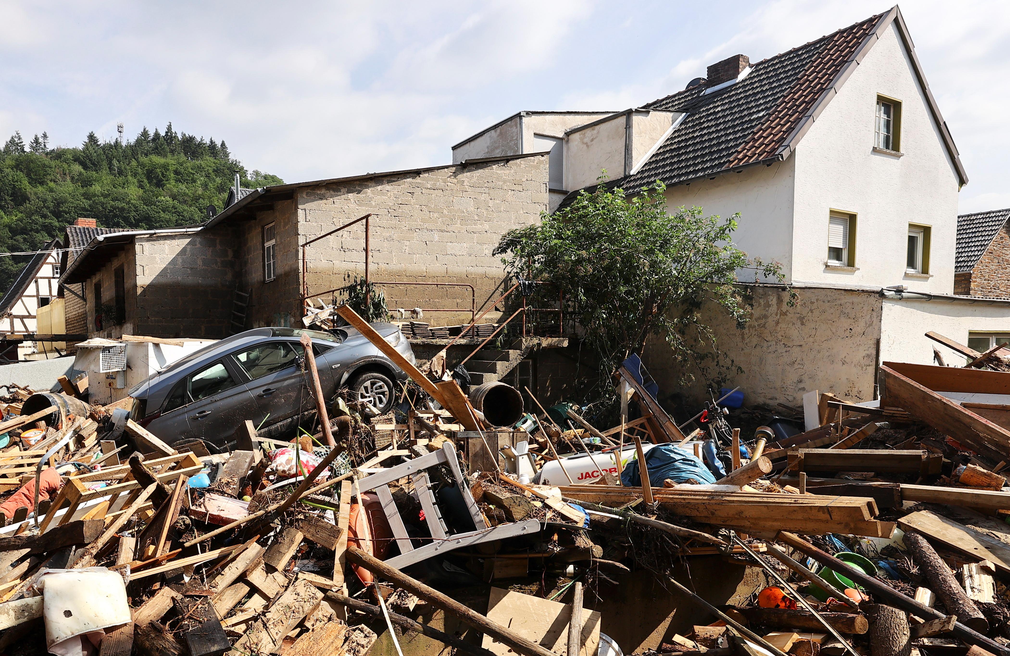 बारिश और बाढ़ से मची तबाही के बाद हजारों घर तबाह हो गए हैं। लोगों के पास रहने के लिए छत नहीं बची है।
