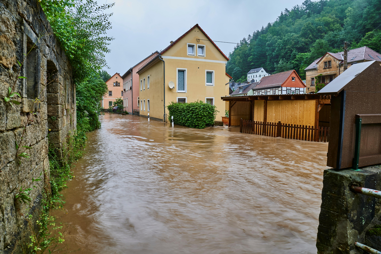स्विट्जरलैंड के सैक्सन शहर में सड़कों पर कमर जितना पानी भर गया। यहां रहने वाले लोगों को दूसरे फ्लोंर पर रहना पड़ रहा है।